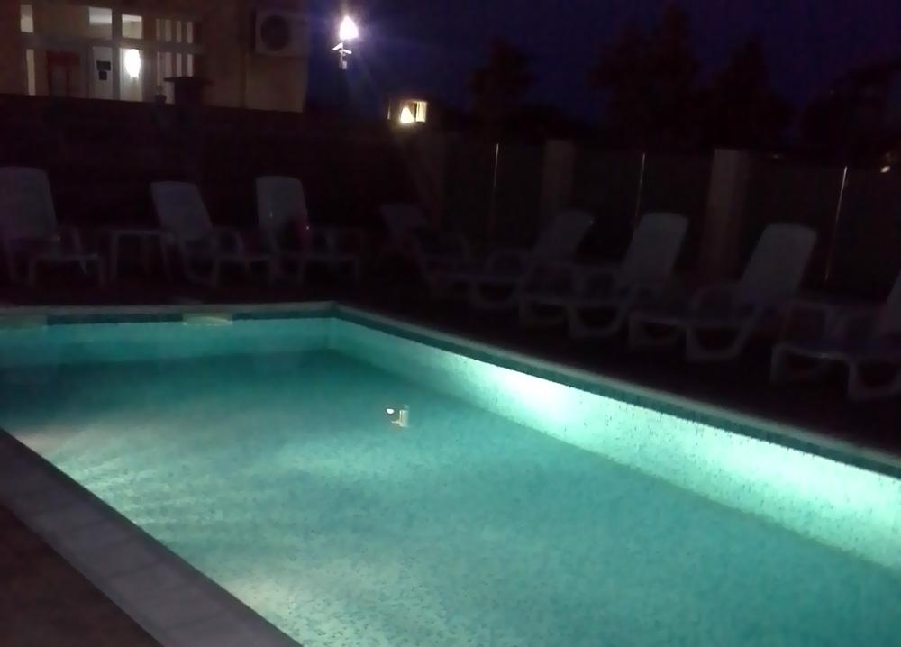 oświetlony basen przy euroHOTEL Primorsko nocą