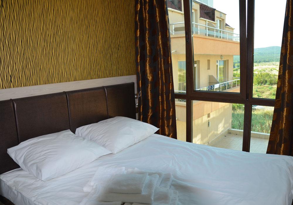 Każdy apartament wyposażony jest w wygodne hotelowe łóżko dla dwóch osób, fot. A. Studzińska