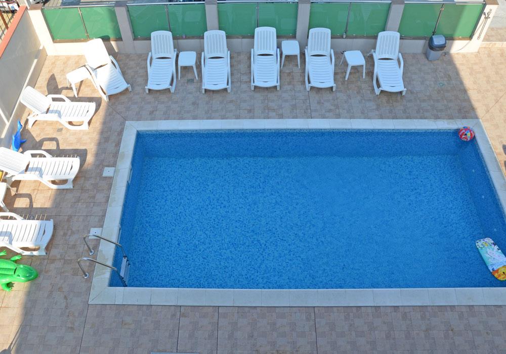 Widok na basen z apartamentu na trzecim piętrze, euroHOTEL Primorsko, fot. Anna Studzińska